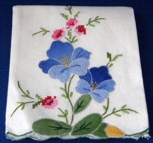 Mantel bordado con dibujos de Flores